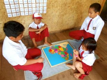 Stolz präsentieren die Kinder ihre Arbeit