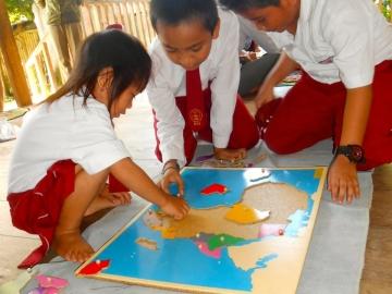 Ratna, 1. Schuljahr demonstriert die Afrika-Puzzlekarte