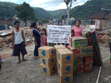 Das Team von Futura Indonesia bringt Hilfsgüter in das Dorf