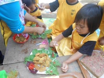 Kinder bereiten ihr Frühstück