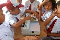 Kinder binden ihre Bücher