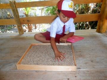 Alin, schreiben im Sand