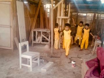 Kinder besuchen den Schreiner