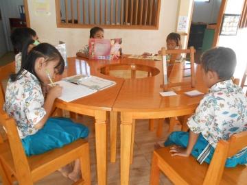 Kinder freuen sich über ihre Tische