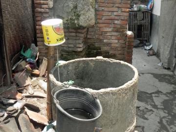 Dahlia Haus, im Vordergrund der Brunnen. Direkt dahinter die Toilette